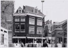 Rokin 107-119. Rechts de ingang van de Langebrugstreeg en de Oude Turfmarkt 123