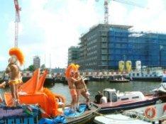 Boten tijdens de Canal Parade in het Westerdok