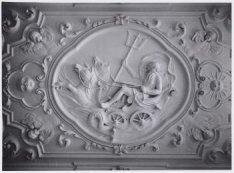 Interieur, Gemeenlandshuis, Diemerzeedijk 27. De Romeinse god Neptunus op zijn s…