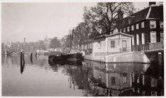 Bejaardentehuis Amstelhof, Amstel 51 gezien naar Blauwbrug en rechts de Nieuwe K…