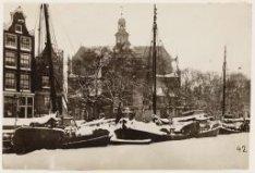 Prinsengracht 16-18 (v.r.n.l.) in wintertooi. Rechts de Noorderkerk, Noordermark…