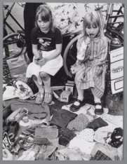 Kinderen verkopen spulletjes tijdens de rommelmarkt op de Elandsgracht ter geleg…