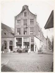 Staalstraat 7B-9 (v.l.n.r.) hoek Groenburgwal. Op nummer 9 Verhuisbedrijf S.J. P…
