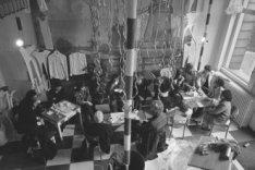 Medewerkers van museum Fodor aan de Keizersgracht 609 drinken koffie bij het inr…
