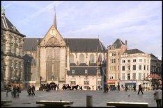 Dam 6-14 (ged.) (v.r.n.l.) met rechts: ingang Nieuwendijk