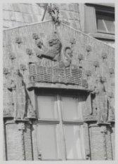 Gevelplastieken in de gevel van het Scheepvaarthuis, Prins Hendrikkade 108-114