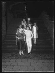 Groepsfoto op een trap van het IJpaviljoen, Buiksloterweg 1