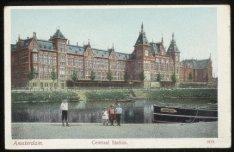 Centraal Station, Stationsplein met daarvoor het Open Havenfront gezien vanaf de…
