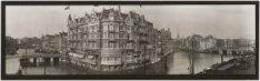 Panorama van de Binnen Amstel met in het midden Hotel de l'Europe, Nieuwe Doelen…