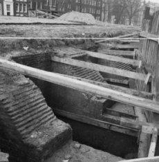 Singel, restauratiewerkzaamheden aan de Torensluis. Op de achtergrond Singel 134…