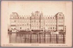 De achtergevel van het Amstel Hotel aan de Amstel. De ingang bevindt zich aan he…