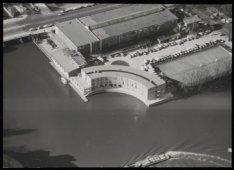 Luchtfoto van het nieuwe Apollo Hotel. Linksboven brug 419 over het Zuider Amste…
