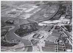 Luchtfoto van de President Kennedylaan (voorheen de Rivierenlaan) (onderaan) en …
