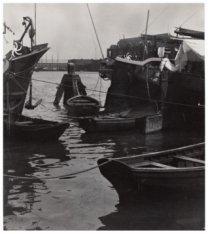 Houthaven met enkele binnenvaartschepen
