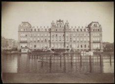 Het Amstel Hotel, Prof. Tulpplein 1, gezien over de Amstel vóór de ophoging van …