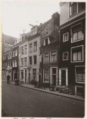 Kerkstraat 449-459 (v.l.n.r.). Rechts een deel van hoekhuis Amstel 260