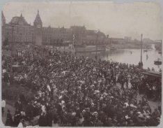 Optocht van het Amsterdams Studentencorps op het Damrak, met op de achtergrond h…