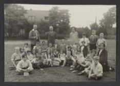 Groepsportret van leerlingen en onderwijzers de Nederlands-hervormde Bentincksch…