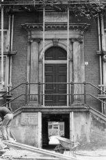 Amstel 51, Diaconie Oude Vrouwen Huys, detail van de stoep en de Ossenpoort