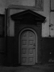 Nieuwezijds Voorburgwal 143, Nieuwe Kerk, binnendeur uit 1642 naar het Diaconieg…