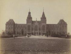 Het Rijksmuseum, Stadhouderskade 42, gezien vanaf de Weteringschans over de Muse…