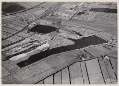 Luchtfoto van de Sloterplas in aanleg gezien in noordwestelijke richting. Rechts…