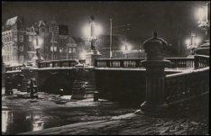 Een dichtgevroren Binnen Amstel bij  de Blauwbrug