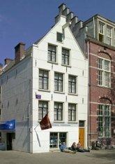 Elandsgracht 70 (ged.)-76 (v.r.n.l.) met hoek Hazenstraat