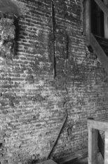 Prins Hendrikkade 35, detail van een muur met muurankers