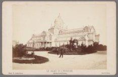 Het Paleis voor Volksvlijt, Frederiksplein 56, met het in 1870 aangelegde plants…