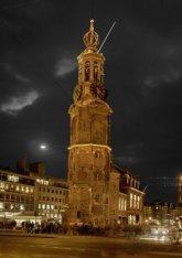 Muntplein met Munttoren, gezien bij avond