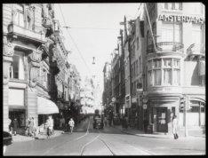 De Leidsestraat gezien vanaf brug 43 in de richting van het Koningsplein