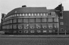 Postjesweg 1, voormalige Vierde Ambachtsschool, gezien vanaf de Baarsjesweg over…
