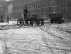 Sneeuwruimer van Stadsreiniging aan het werk op het Staringplein bij de hoek van…