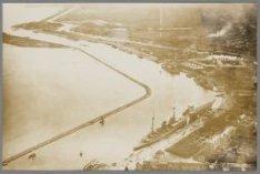 Luchtfoto van Den Helder met de kruiser Sumatra aan de kade