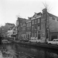 Egelantiersgracht 41 (ged.) - 55. Het witte huis links heeft als adres Eerste Le…