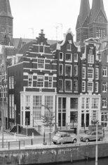 Korte Prinsengracht 5-11 (ged.) en geheel links  Haarlemmer Houttuinen 65. Op de…