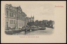De Nederlandse Bank, Oude Turfmarkt 139 met enkele afgemeerde beurtschepen