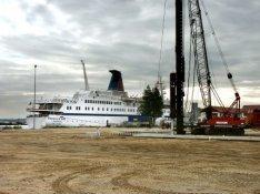 """Nieuwe Houthaven met een voormalig Russisch cruiseschip, thans """"Rochdale One"""", b…"""