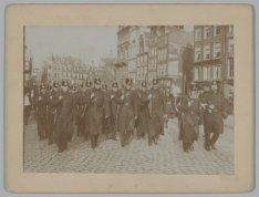 Militairen op het Koningsplein tijdens de Algemene Werkstaking van 9 en 10 april…