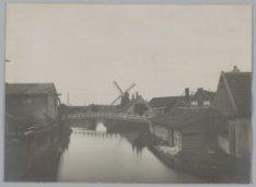 De Zaagmolenbuurt gezien naar molen De Eenhoorn. Rechts huisjes aan de Middenweg