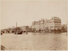 De Amstel met de achterzijde van het Amstel Hotel, de Hogesluis en links theater…