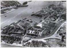 Luchtfoto van het Buiksloterkanaal (midden) en omgeving gezien in zuidwestelijke…
