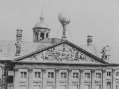 Nieuwezijds Voorburgwal 147, het Paleis op de Dam, detail van de gevel met timpa…