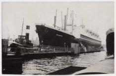 Het passagiersschip Atlantic word op het Afgesloten IJ naar een steiger van de A…