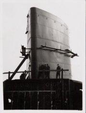 Werkzaamheden aan de schoorsteen van het mailschip ms. Oranje