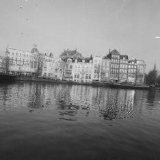 's-Gravelandse Veer 1 - 10 met links aansluitend de zijgevel van Kloveniersburgw…