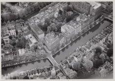 Luchtfoto van de Keizersgracht (onderaan) en omgeving gezien in noord-oostoostel…