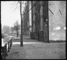 Lijnbaansgracht 1-7 en rechts de Driehoekstraat
