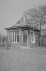 Korte Ouderkerkerdijk bij nummer 45, portiersgebouw (1910) van de voormalige Zui…